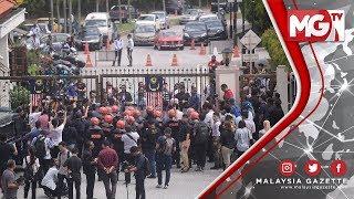 KUALA LUMPUR - Keadaan menjadi kecoh di pekarangan pintu masuk utama ke Kompleks Mahkamah Kuala Lumpur Jalan Duta di sini.  Ia berikutan kebanjiran lebih 100 penyokong Datuk Seri Najib Tun Razak yang mula menunjukkan rasa tidak berpuas hati apabila disekat daripada memasuki mahkamah.  Mereka mula terlibat pertelingkahan mulut bersama pengawal keselamatan dan polis selepas Naib Presiden UMNO Datuk Seri Ismail Sabri Yaakob tidak dibenarkan memasuki mahkamah untuk menghadiri pendakwaan bekas perdana menteri yang juga bekas presiden UMNO sebagai sokongan solidariti.  Polis mula menurunkan pasukan Tindakan Ringan atau Light Strike Force sekitar kekuatan 100 orang untuk mengawal situasi.  MalaysiaGazette.com - Online News / Portal - Follow US Now! Or visit www.malaysiagazette.com for the latest news on politics, economy, fashion, travel, lifestyle and more www.malaysiagazette.com