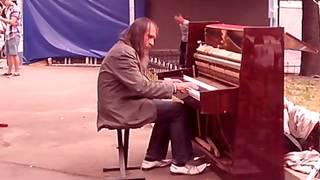 Бездомный играет на фортепиано в Киеве 2