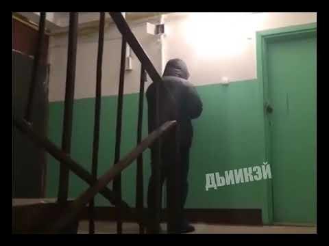Видеофакт: Пьяный парень репетирует в подъезде будущий скандал со своей девушкой