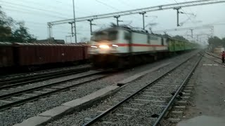 preview picture of video 'Howrah - new Delhi durnto express 12273  crossing Ara approx 110kmph dangerous look'