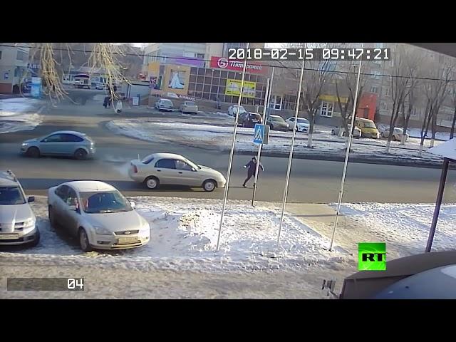 سيارة تدهس امرأة في أحد شوارع روسيا