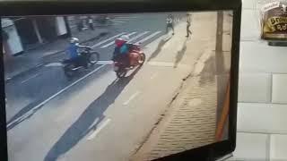 Bandidos assaltam motociclista em semáforo de Campina Grande
