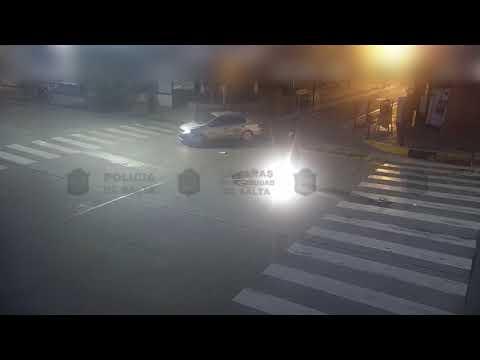 Video: Un auto atropella a un motociclista parado con el semáforo rojo