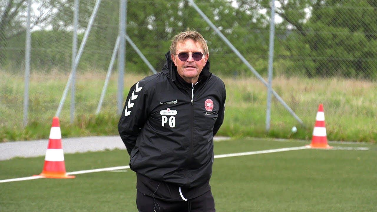 75-årig er træner for U19 Drenge