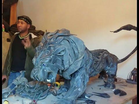 فنان مغربي يعيد الحياة للإطارات المستعملة ويحولها لقطع فنية