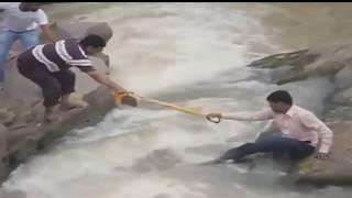Вода уносит жизни людей и транспорт - Видео онлайн