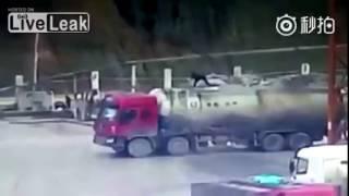 Мужик взлетел на воздух от взрыва видеожесть!