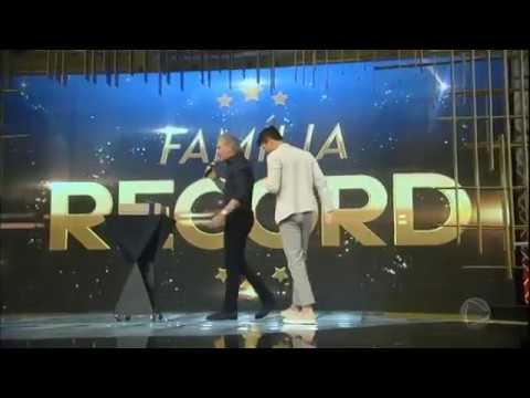 Roberto Justus presenteia Rodrigo Faro com jaqueta de grife no Família Record