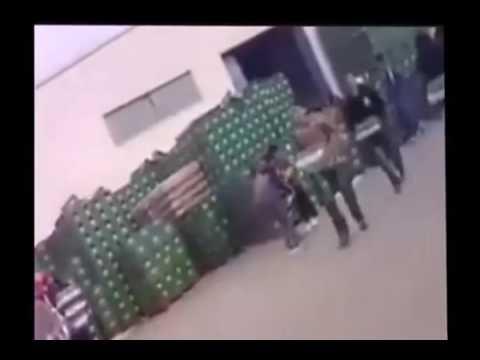 """جزائريون يتسابقون لنهب معمل لصنع """"البيرة"""""""