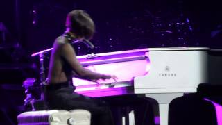 Alicia Keys - Try sleeping with a broken heart - Fallin' - LIVE PARIS 2013