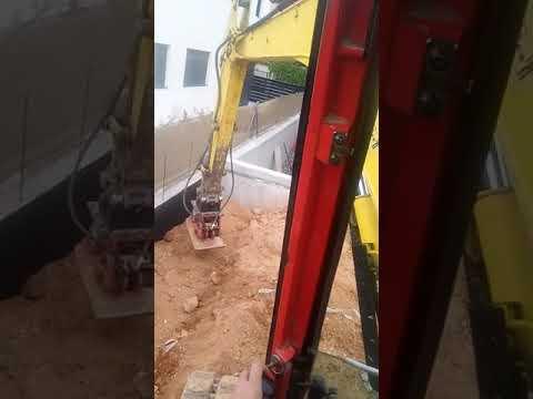 Compactando relleno de muro con plancha compactadora montada en yanmar vio 55