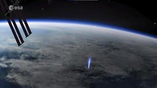 """Estação Espacial flagra """"jato azul"""" partindo da Terra em direção ao espaço"""