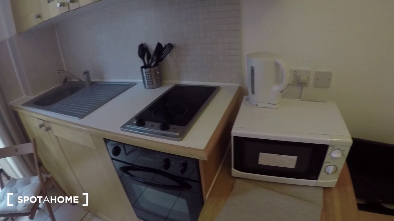 Studio apartment with balcony to rent in Earls Court, Travelcard Zones 1 and 2