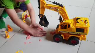Tin và anh Hai chơi trò chơi Xe múc đất công trình | Kids Toy Media