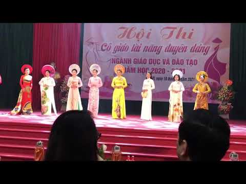 Tặng hoa lưu niệm cho các thí sinh tham gia Hội thi