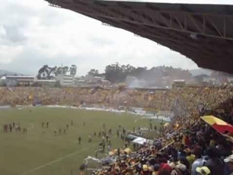"""""""El mejor recibimiento del fútbol de Quito. Aucas en 2da División"""" Barra: Armagedón • Club: Aucas"""
