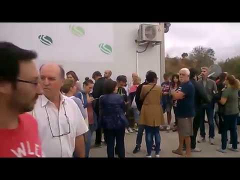 Genta en cola esperando votar a Sant Joan Despí