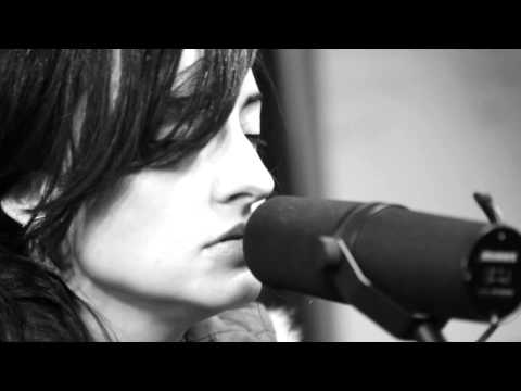 Kat Jones - Muevete - Live from the Yellow Room