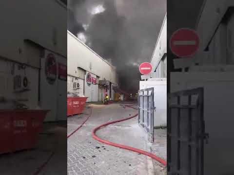 دبي : حريق في مستودع مواد قابلة للاشتعال