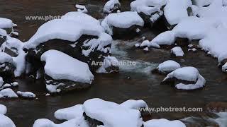 冬の渓流の動画素材と4K写真素材