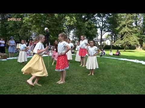 Májové tančení v zámeckém parku v Prčici