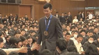 「本当にうれしい」と平岡選手銅メダルを同級生らに報告