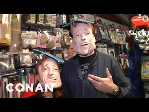 Conanova návštěva halloweenského obchodu