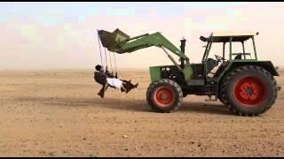 Смотреть онлайн Арабы катаются на качелях у экскаватора на ковше