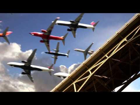 Hàng trăm chiếc máy bay hạ cánh cùng 1 lúc xuống sân bay