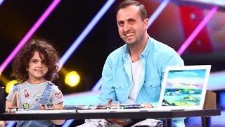 Maria Hirtescu are 4 ani si picteaza cu degetul impreuna cu tatal sau