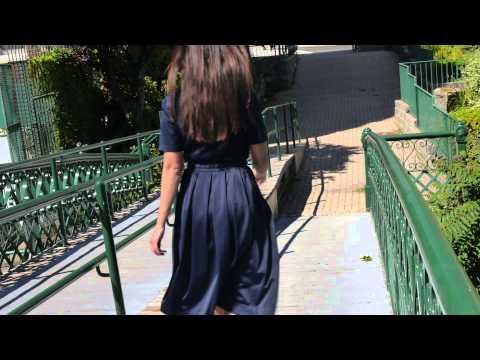 ワンピースの美女がスカートをたくし上げてスリップを見せつける スカートフェチ専用アダルトサイト  スカートの奥から溢れる蜜