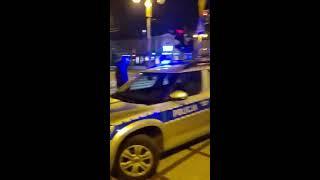 Policja spisuje znicze pod biurem PiS w Częstochowie