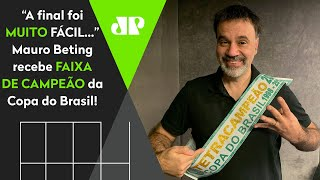 Mauro Beting recebe faixa de campeão da Copa do Brasil