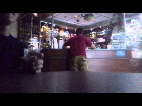 Очень веселый парень в кафе ;)