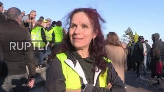 """Francja: Protestujący w """"żółtych kamizelkach"""" maszerują przez Paryż przeciwko polityce Macrona"""