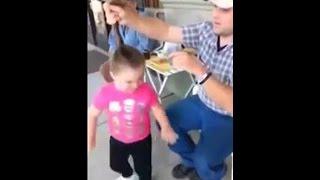 Папа делает дочке красивый пучок