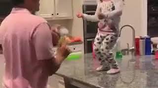 Te Vi   Piso 21 Feat. Micro Tdh. Niña Bailando Junto A Papá