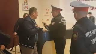 Начальник охраны Пекин Палас не желает пропускать Токбергена Абиева вместе с полицейскими.