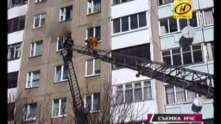 Девушка-инвалид, спасаясь от пожара, выбралась на подоконник многоэтажки