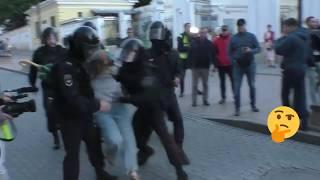 Полицейский ударил девушку в живот на митинге 2019