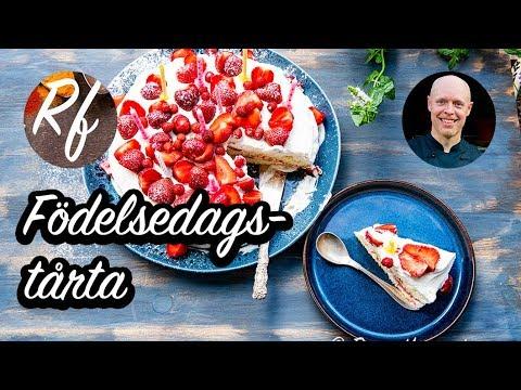 Födelsedagstårta eller gräddtårta med färska jordgubbar som passar till födelsedag eller annan fest.>