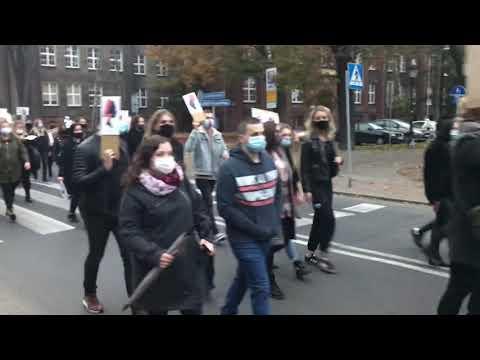 Wideo1: Strajk Kobiet ul. Marcinkowskiego w Lesznie (26.10.2020)