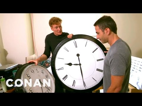 Conan Catches Jordan Schlansky Coming In Late (видео)