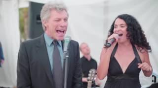 Gambar cover Jon Bon Jovi sorprende y canta en boda