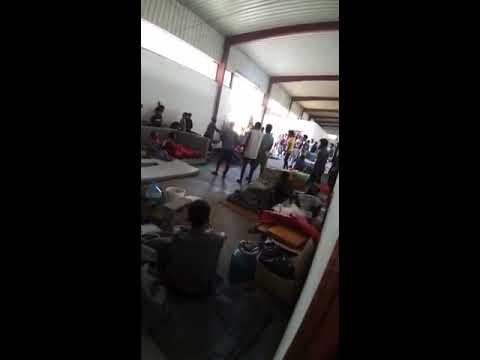 فيديو يظهر أحد حراس مركز أبو سليم جنوب طرابلس وهو يهدد المهاجرين هناك بالسلاح. الفيديو أرسله إلينا أحد مصادرنا في المركز