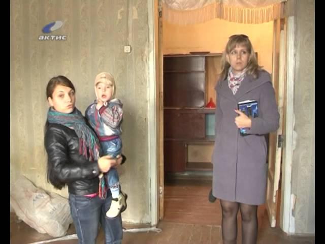 Многодетную семью заставляют жить в разрушенной квартире