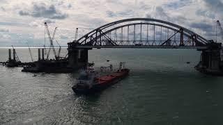 Первый сухогруз прошел под двумя арками Крымского моста