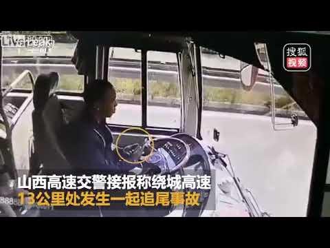 Busfahrer baut Unfall