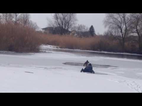 Отважный парень спасает собаку провалившуюся под лед