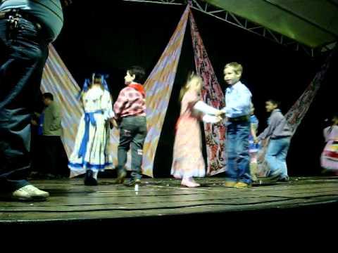 vitória dançando nas festas das naçoes em potirendaba-sp